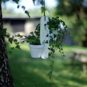 planteophaeng i hvid - hänger white - blue appeal - inspiration - boligindretning - ophaeng potteplanter - ophaeng krydderurter - dansk design - moderhouse