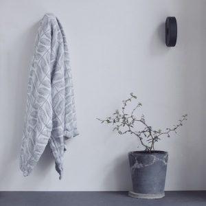 knager-i-sort-hook-to-hang-boligindretning-dansk-design-boligtilbehor-nordic-function