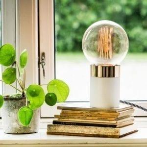 hvid bordlampe lav - dansk design - bordlampe i hvid - by holmer - boligindretning - modernhouse
