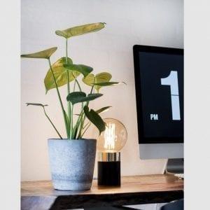 sort bordlampe - bordlampe i sort - boligindretning - dansk design - by holmer - modernhouse - inspiration - stuen