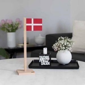 BFD1-bordflag-dansk-flag-foedselsdag-egetrae-interioer-bolig-moderne-inspiration-design-pynt-ophaeng-nordic-Felius