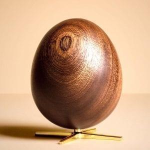 Aegget-figuren-brainchild-mahogni-trae-guld-2
