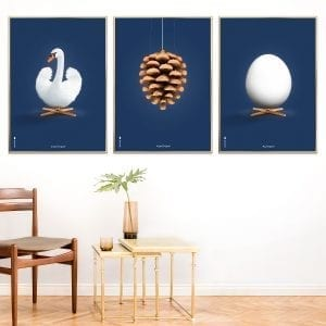 Brainchild-billedvæg-aeg-kogle-svane-moerkeblaa-designplakater-70x100