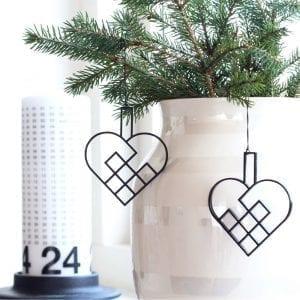 JHSS2-julehjerte-sort-jul-pynt-design-interiør-bolig-ophæng-dekoration-minimalistisk-Felius-Design-1